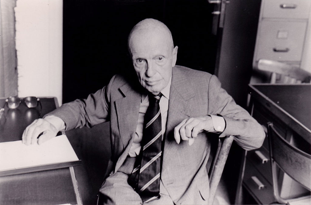 Michel Leiris em seu escritório no Museu do Homem. Charles Mallison, 1984, Wikipedia. Creative Commons.
