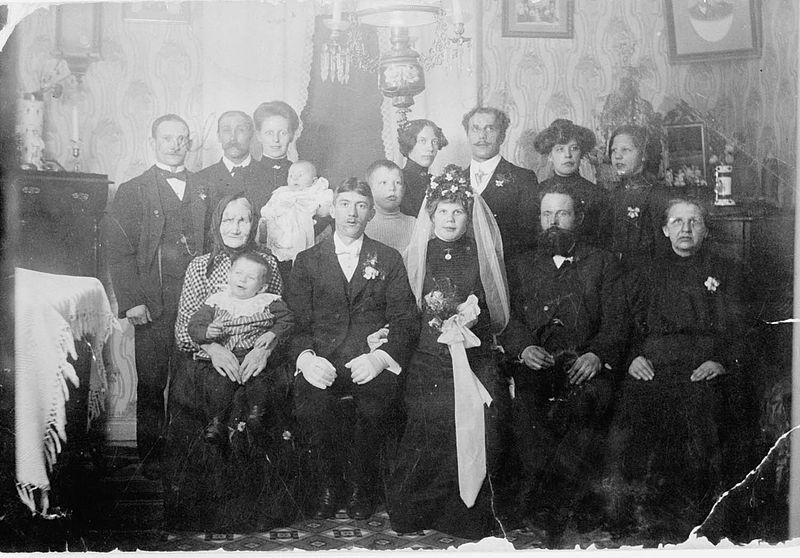 Imagem da família com o casal no meio, Silverdalen, Suécia. Entre 1890 e 1910. Nordiska Museet. Wikimedia Commons
