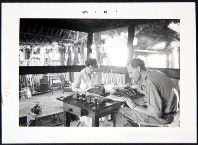 Gregory Bateson e Margaret Mead trabalhando, Tambunam, foto por Gregory Bateson, 1938. Seção de Manuscritos, Biblioteca do Congresso dos EUA (211b).